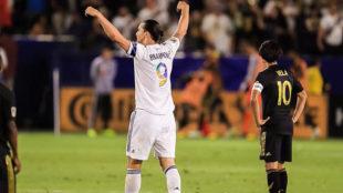 Ibrahimovic celebra uno de sus goles con Carlos Vela, con los brazos...