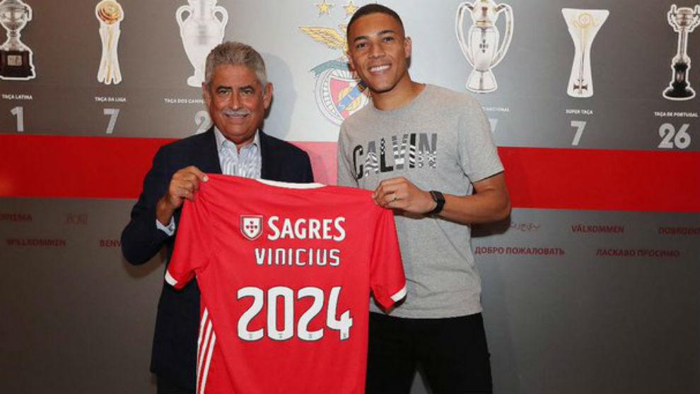Carlos Vinícius (24), junto al presidente del Benfica Luís Filipe...