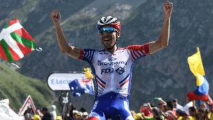 Pinot celebrando su triunfo en la meta.