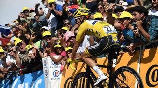 Alaphilippe llegando a la meta del Tourmalet.