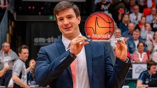 Pedro Calles posa con el trofeo al Mejor Entrenador del Año en...