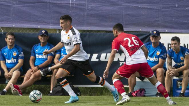 Manu Vallejo conduce el balón durante el amistoso ante el Mónaco.