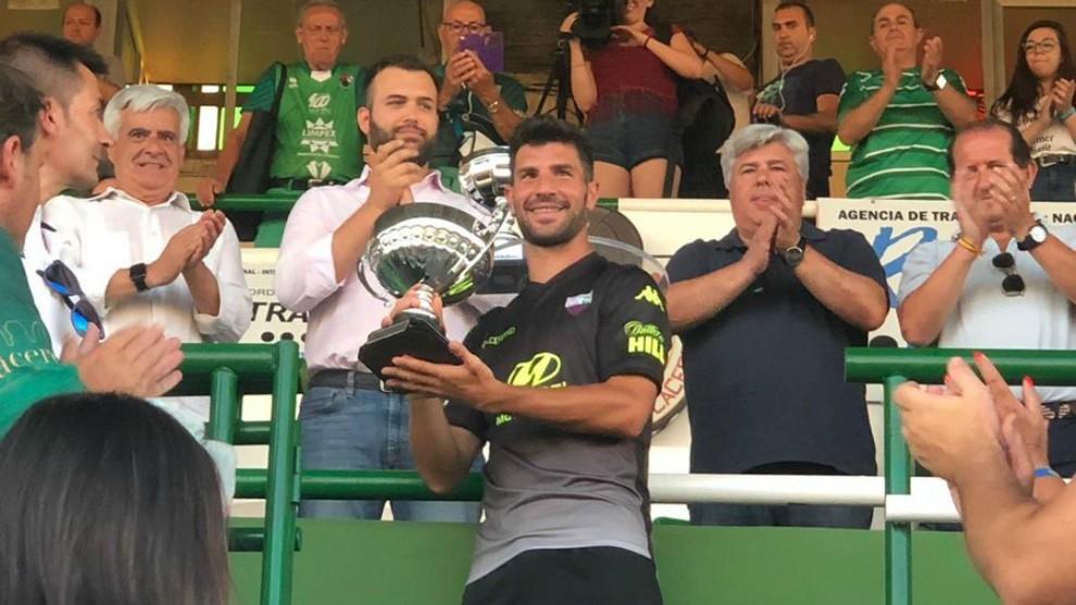 Willy recoge el Trofeo del Centenario del Cacereño