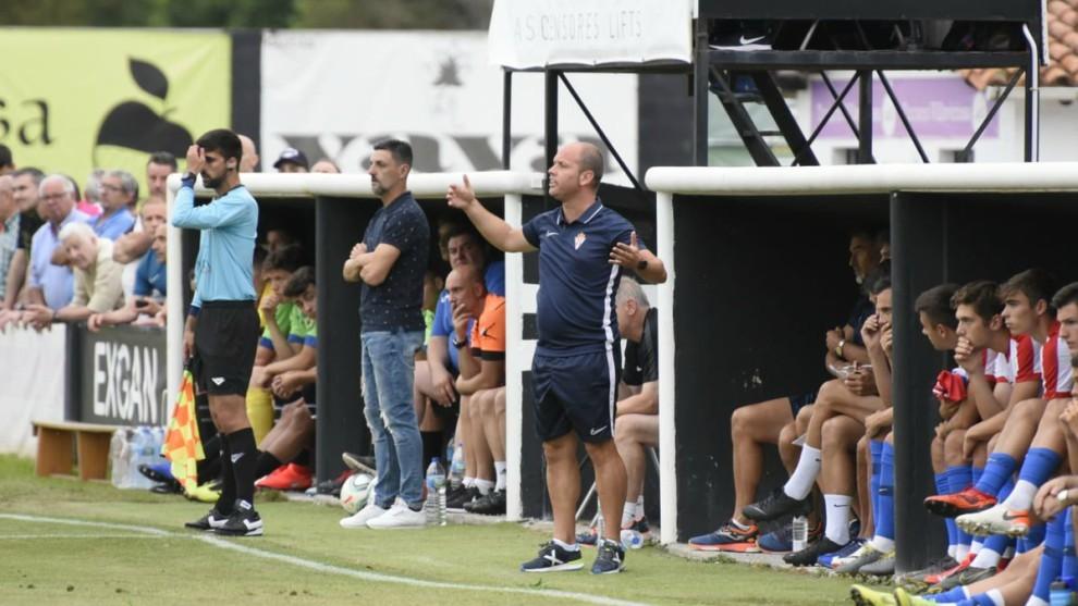 José Alberto gesticula durante el partido que el Sporting jugó ante...