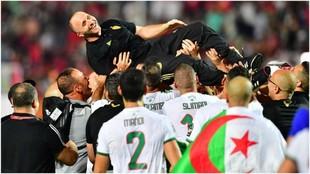 Los jugadores de Argelia mantean a Belmadi.