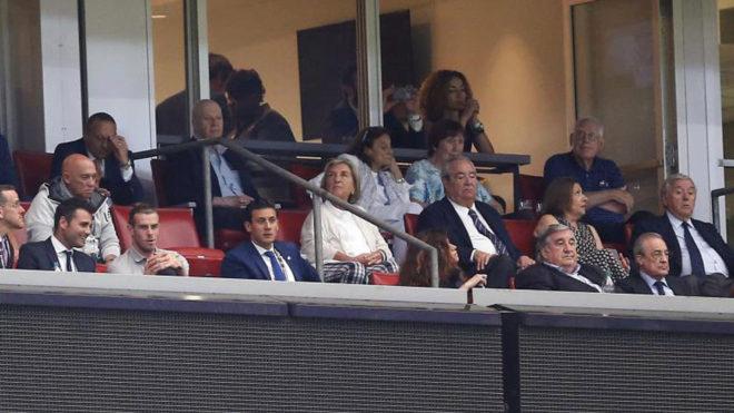 Gareth Bale, viendo el partido en el palco, a pocos metros de...