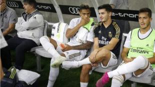 Mariano, hablando con Brahim en el banquillo, durante el Real...