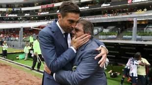 Alonso, en saludo con Herrera previo al duelo.
