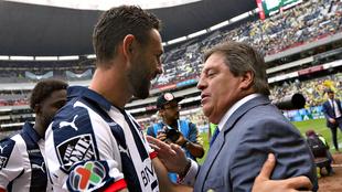 Layún se saludó con Miguel Herrera previo al juego.