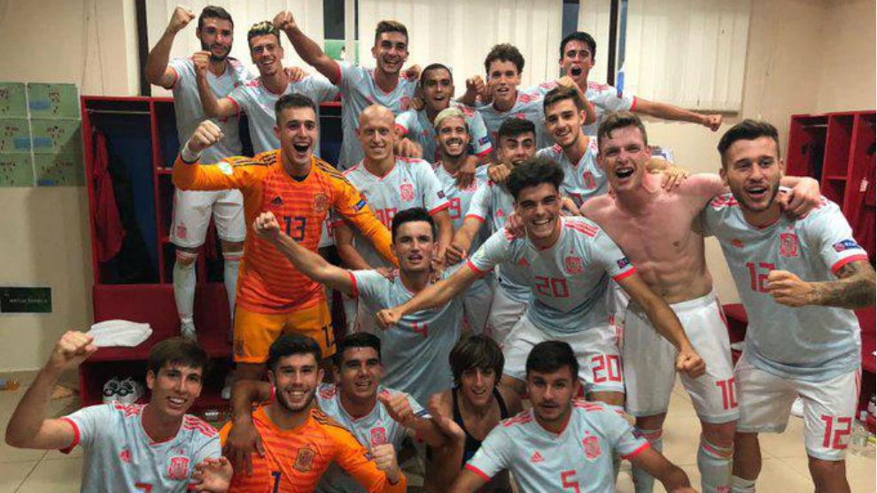 Los jugadores de la sub-19 celebran el pase a semifinales en el...