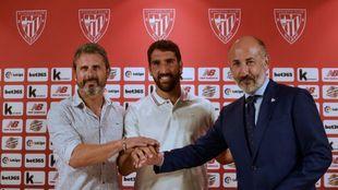 Alkorta, Raúl García y Elizegi posan antes de la rueda de prensa.