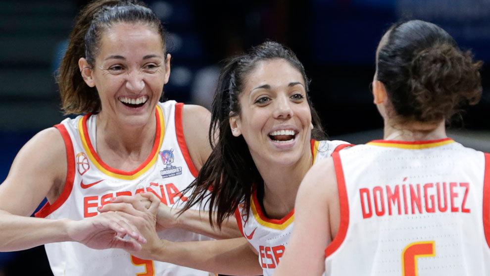 Cristina Ouviña celebra el triunfo en el Eurobasket junto a Laia...