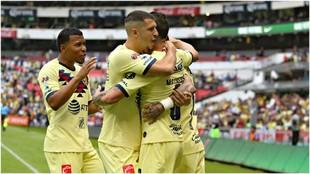 Guido Rodríguez, abraza a un compañero en el festejo de un gol del...