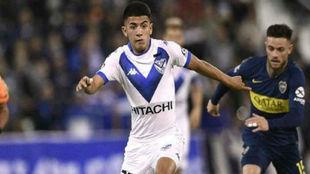 Thiago Almada, durante un partido de Vélez ante Boca.