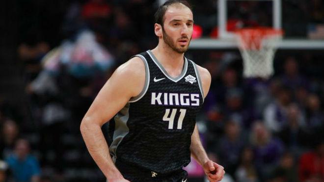 Kosta Koufos jugando para los Sacramento Kings