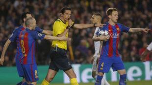 Aytekin, Iniesta y Rakitic, en el polémico partido de Champios League...