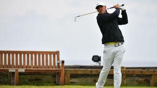 Brooks Koepka juega un hierro en la última jornada del Open.