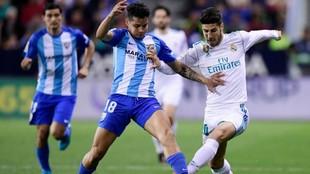 Rosales disputa el balón con Marco Asensio