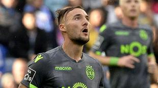 El centrocampista serbio Nemanja Gudelj (27).