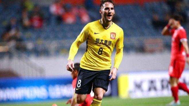 Gudelj celebra un gol en la Superliga china.