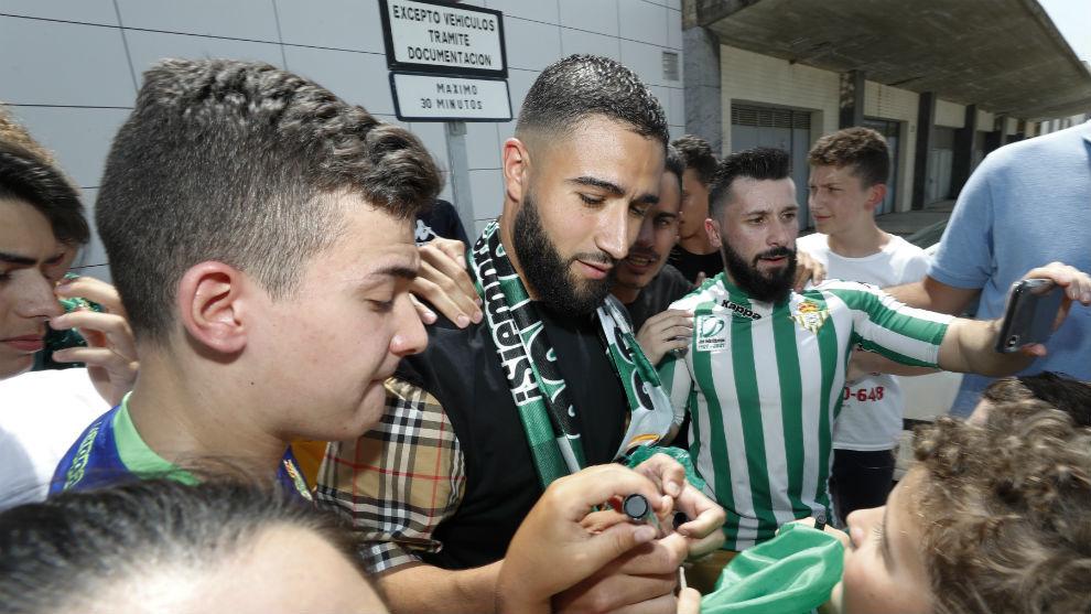 Fekir, firmando autógrafos en el aeropuerto