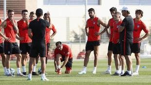 Simeone da órdenes en un entrenamiento.