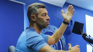 Pedro durante una conferencia de prensa.