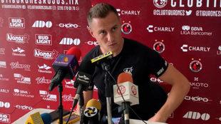 González durante una conferencia de prensa.