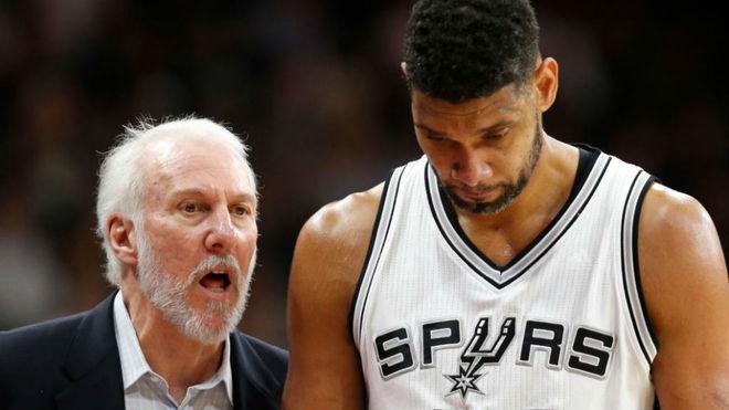 Gregg Popovich y Tim Duncan charlan durante un partido