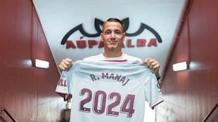 Rey Manaj posa con una camiseta con el año hasta que ha firmado