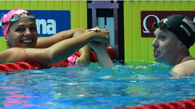 Lilly King y Yuliya Efimova se saludan al término de la final de 100 braza.