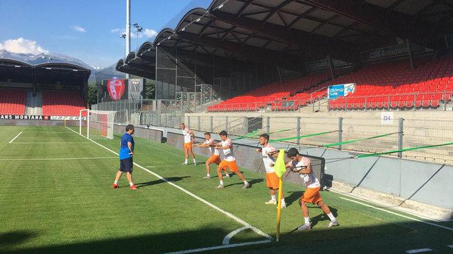 Los jugadores que no jugaron contra el Sion se ejercitan en el estadio suizo.