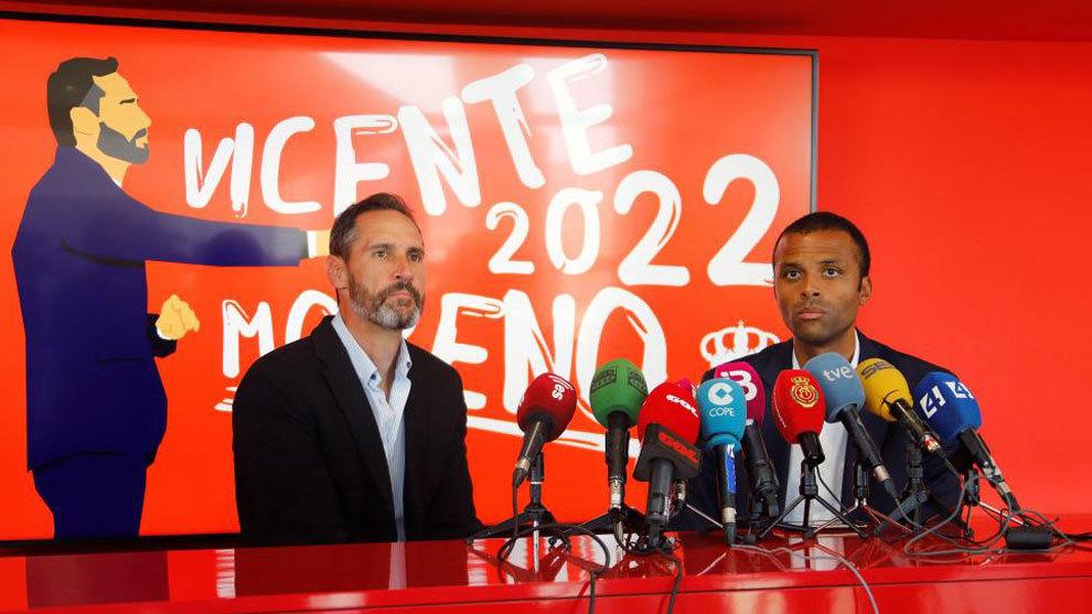 Vicente Moreno, entrenador del RCD Mallorca junto al delegado del equipo, Maheta Molango.