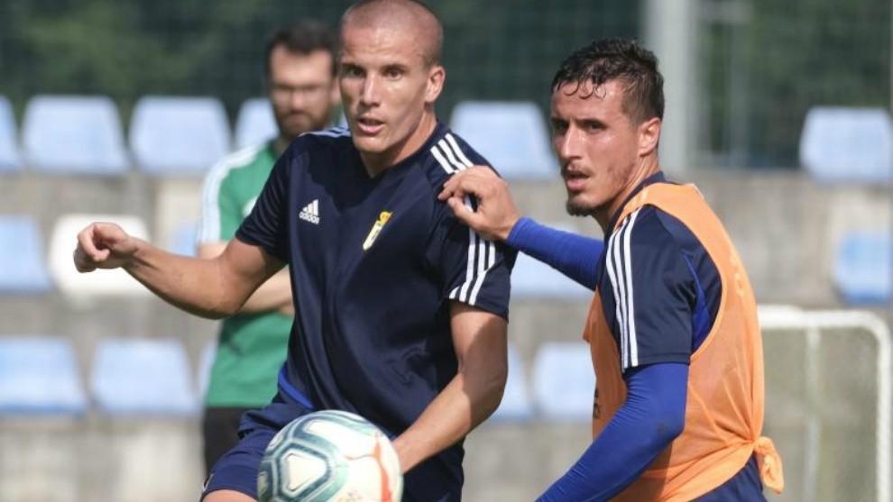 Lolo González, con el balón, durante un entrenamiento del Oviedo