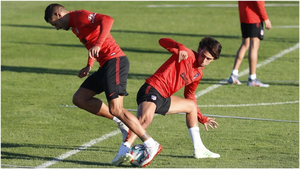 Joao Félix disputa un balón con Vitolo