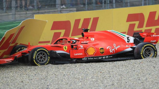Vettel, en el momento de impactar con la protección, en el GP de...