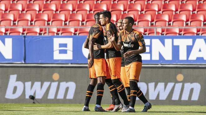 Los jugadores del Valencia celebran un gol ante el Sion.