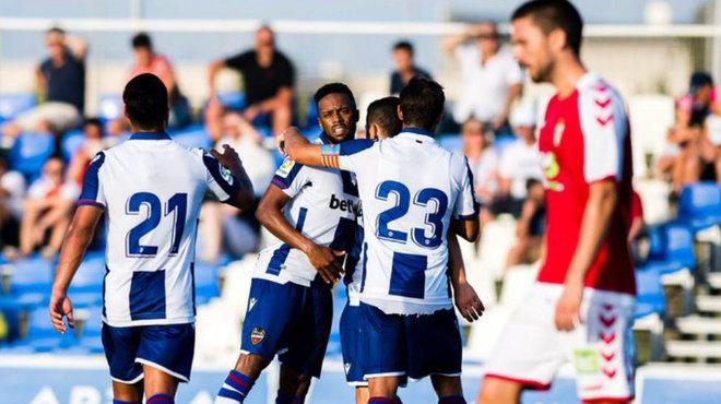 Hernani celebra el gol que ha anotado al Murcia