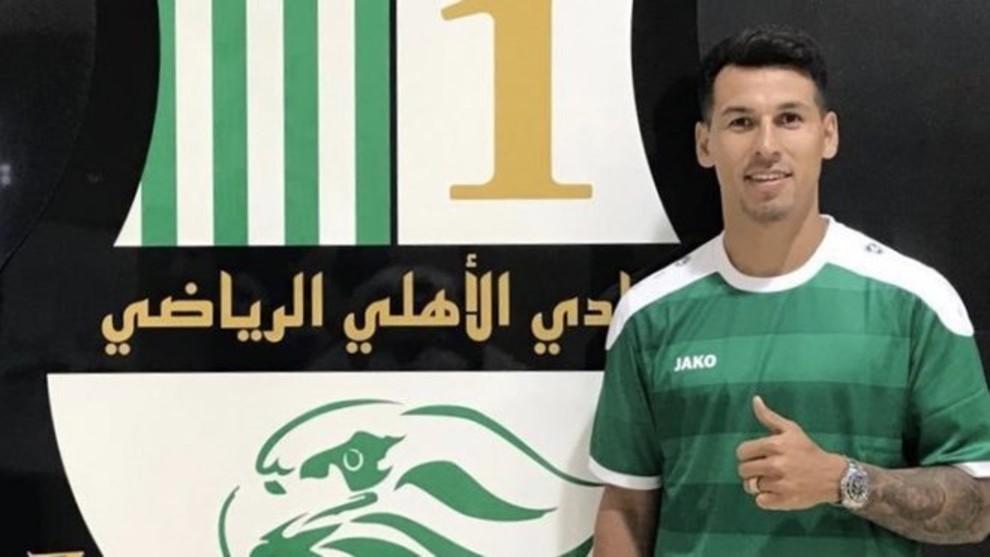 Hernán posa con la camiseta del Al Ahli con el escudo de fondo.