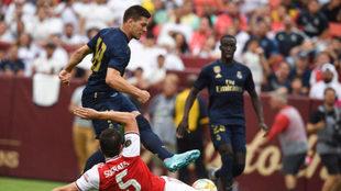 Jovic y Mendy, durante el partido ante el Arsenal.