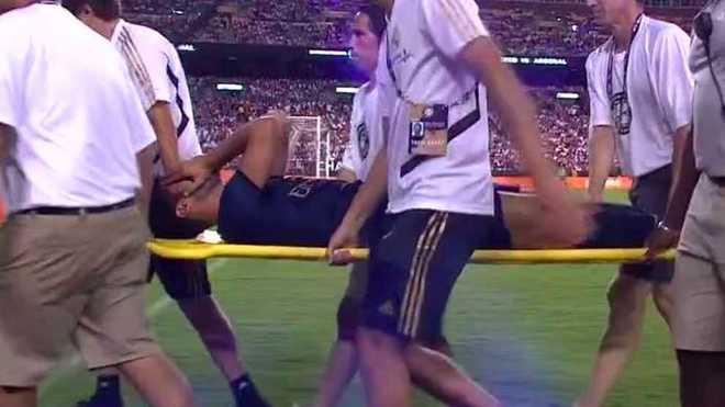 Marco Asensio, retirándose del campo en camilla.