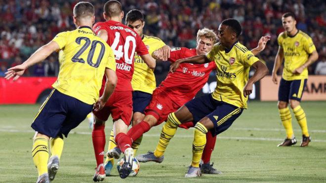 Arp intenta superar a Willock  durante el Arsenal-Bayern.