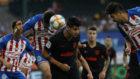 Morata trata de rematar un balón ante la defensa de Chivas.