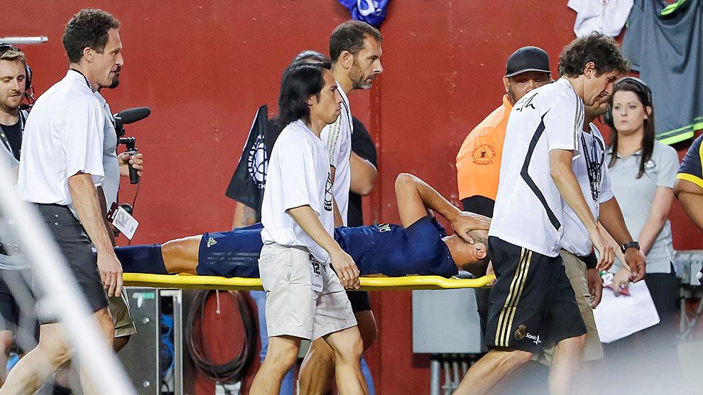 Marco Asensio retirado en camilla tras la lesión