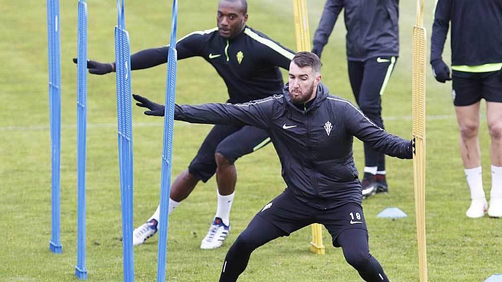 Peybernes, delante de Babin, durante un entrenamiento con el Sporting