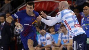 Aitor Ariño es defendido por el húngaro Balogh /