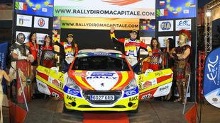 Efrén y Sara, subidos con su Peugeot al podio del Rally de Roma.