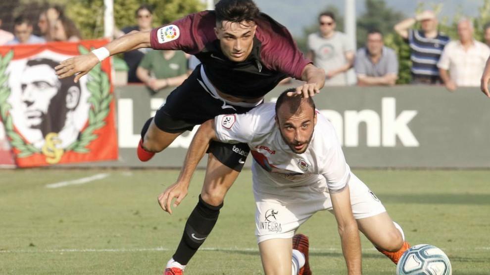 Manu García lucha por hacerse con el balón