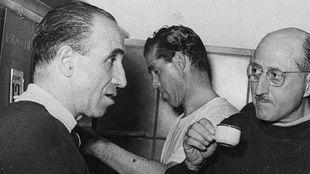 Ramón Melcón, a la izquierda, arbitró el primer derbi después de...