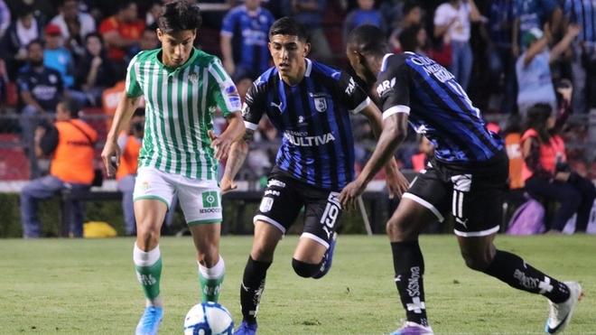 Diego Lainez en el partido entre el Querétaro y el Betis.